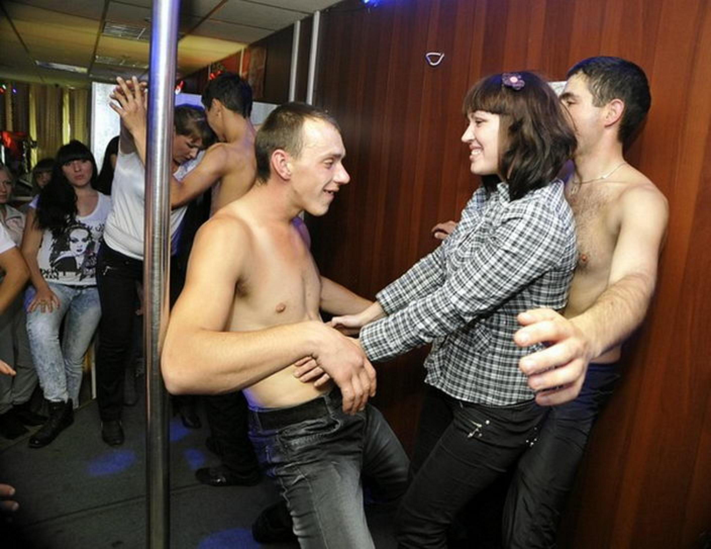 Развратные развлечение молодежи в ночных клубах 1 фотография