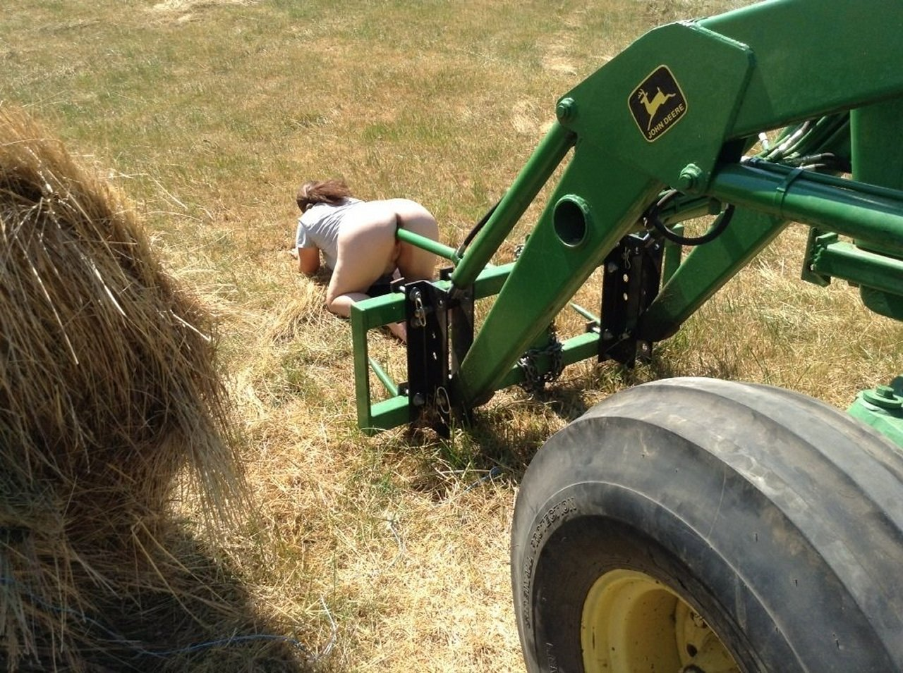 Секс и трактор, Порно: Фермер трахнул блондинку на своем тракторе 13 фотография