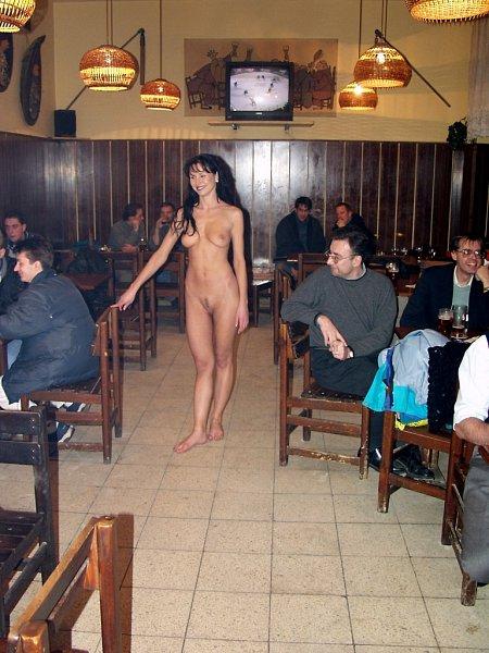 Девушки голые в общественных местах фото